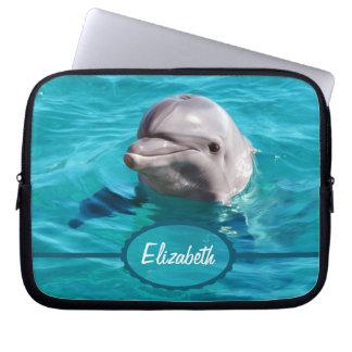 Delfín en foto del agua azul fundas portátiles