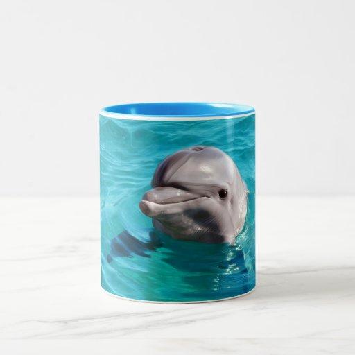 Delfín en foto del agua azul taza dos tonos