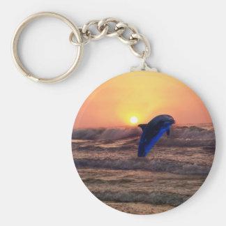 Delfín en la puesta del sol llavero redondo tipo pin