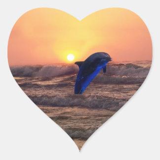 Delfín en la puesta del sol pegatinas de corazon personalizadas