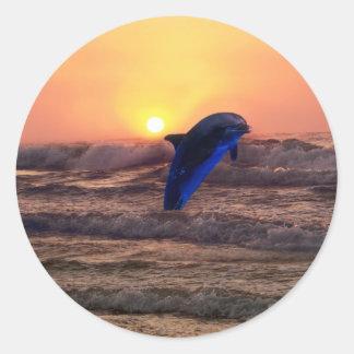 Delfín en la puesta del sol pegatina redonda