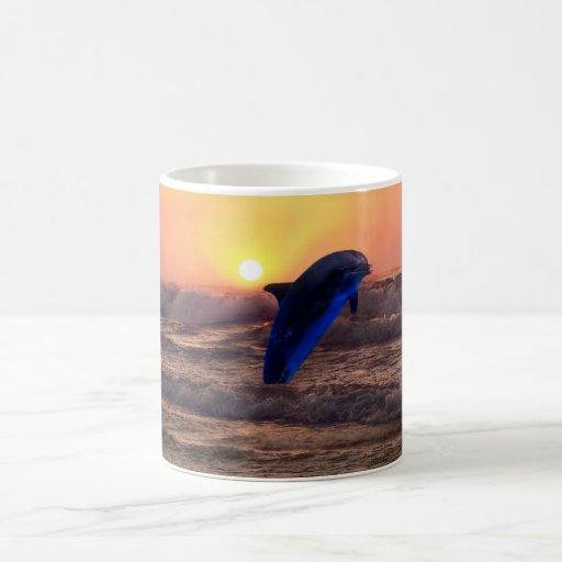 Delfín en la puesta del sol tazas