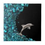 Delfín en la teja azul de la onda