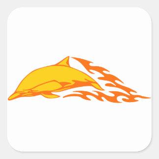 Delfín en llamas pegatina cuadrada