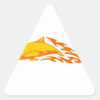 Delfín en llamas pegatina triangular