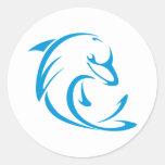 Delfín feliz en estilo del dibujo del oscilación etiquetas redondas
