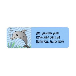 Delfín gris lindo en agua azul etiqueta de remite