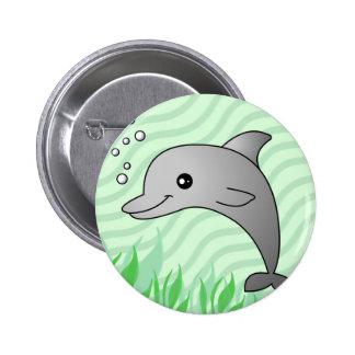 Delfín gris lindo en agua verde pin redondo 5 cm