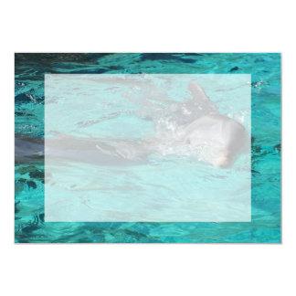 """delfín que sale de la página llena del agua del invitación 5"""" x 7"""""""