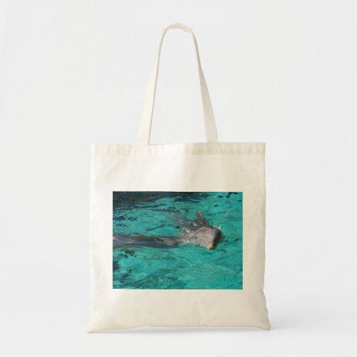 delfín que sale de la página llena del agua del tr bolsa tela barata