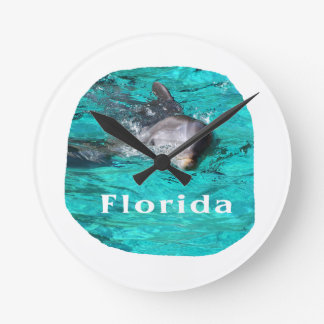 delfín que sale del agua clara la Florida del trul Relojes De Pared