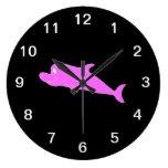 Delfín rosado en negro relojes de pared