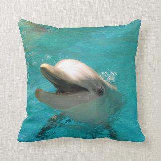 Delfín sonriente cojín decorativo