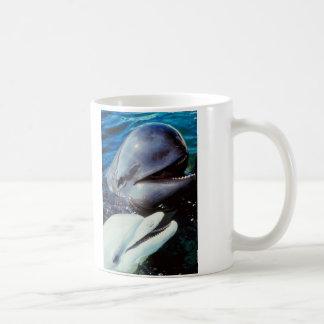 Delfínes de Bottlenose felices Taza