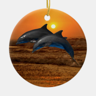Delfínes en el árbol de navidad de la puesta del ornamentos de navidad