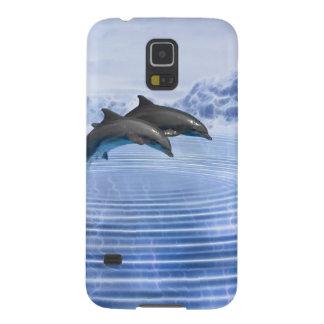 Delfínes en el mar azul claro carcasa de galaxy s5