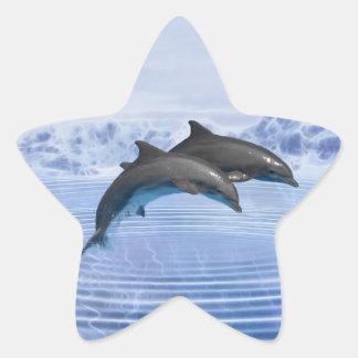 Delfínes en el mar azul claro pegatina en forma de estrella
