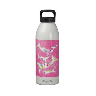 Delfínes en fondo rosado floral botella de beber