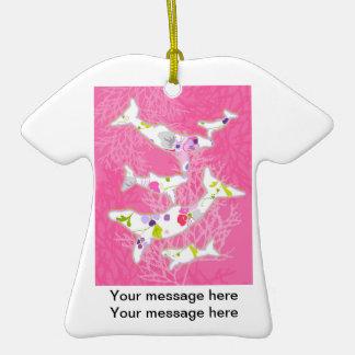 Delfínes en fondo rosado floral ornamento para reyes magos