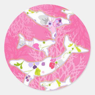 Delfínes en fondo rosado floral etiquetas redondas