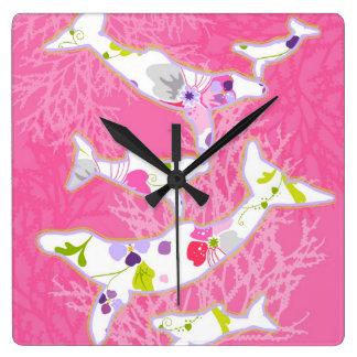 Delfínes en fondo rosado floral relojes de pared