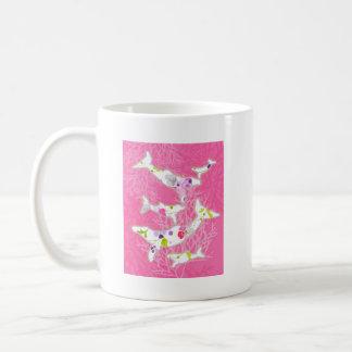 Delfínes en fondo rosado floral taza de café