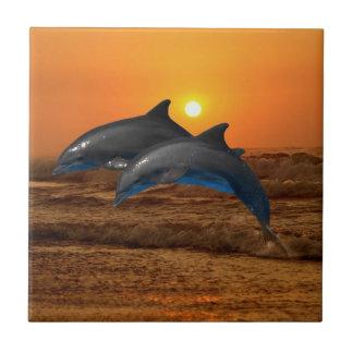 Delfínes en la puesta del sol azulejo cuadrado pequeño