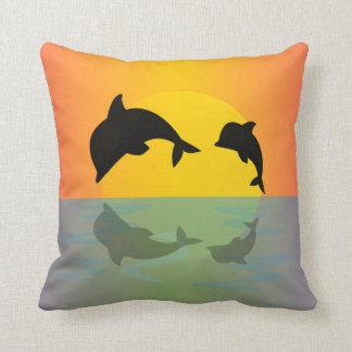 delfínes en la puesta del sol cojines