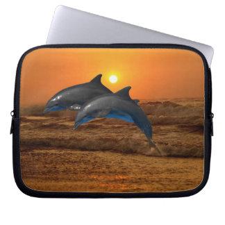 Delfínes en la puesta del sol funda portátil