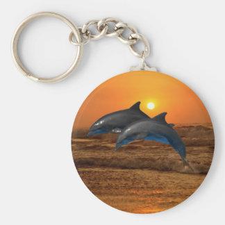 Delfínes en la puesta del sol llavero redondo tipo pin