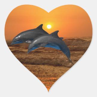 Delfínes en la puesta del sol calcomanías de corazones personalizadas