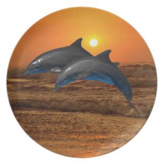 Delfínes en la puesta del sol plato de cena