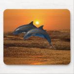 Delfínes en la puesta del sol tapete de ratones