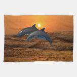 Delfínes en la puesta del sol toallas de mano