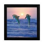 Delfínes en la salida del sol cajas de recuerdo