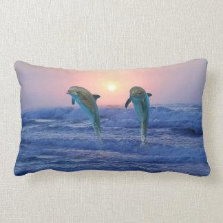 Delfínes en la salida del sol cojín lumbar