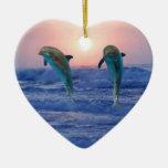 Delfínes en la salida del sol ornamento para reyes magos