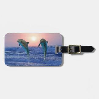 Delfínes en la salida del sol etiqueta para equipaje