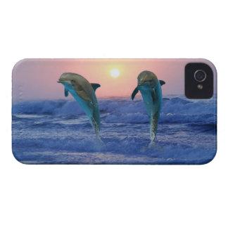 Delfínes en la salida del sol iPhone 4 Case-Mate protectores
