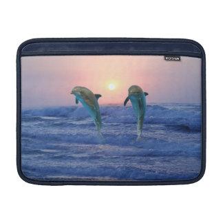 Delfínes en la salida del sol funda  MacBook