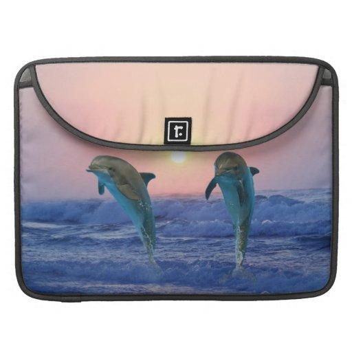 Delfínes en la salida del sol funda macbook pro