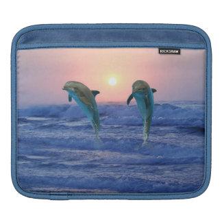Delfínes en la salida del sol funda para iPads