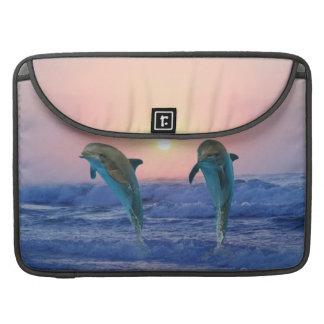 Delfínes en la salida del sol fundas macbook pro