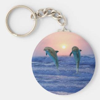 Delfínes en la salida del sol llavero redondo tipo pin