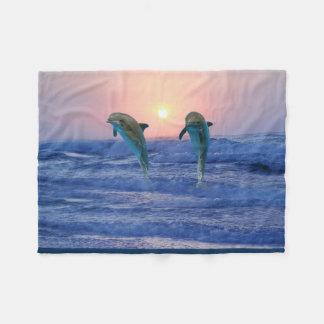 Delfínes en la salida del sol manta de forro polar