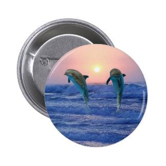 Delfínes en la salida del sol pin redondo de 2 pulgadas