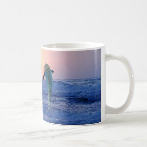 Delfínes en la salida del sol taza de café