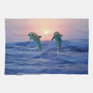 Delfínes en la salida del sol toalla de cocina