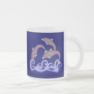 Delfínes en la taza de café del juego