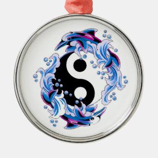 Delfínes frescos de Yin Yang del símbolo del Adorno Redondo Plateado